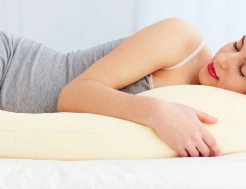 ခြေထောက်အကြားမှာ ခေါင်းအုံးထား အိပ်ခြင်းဖြင့် ရရှိမယ့် ကျန်းမာရေးအကျိုးကျေးဇူးများ